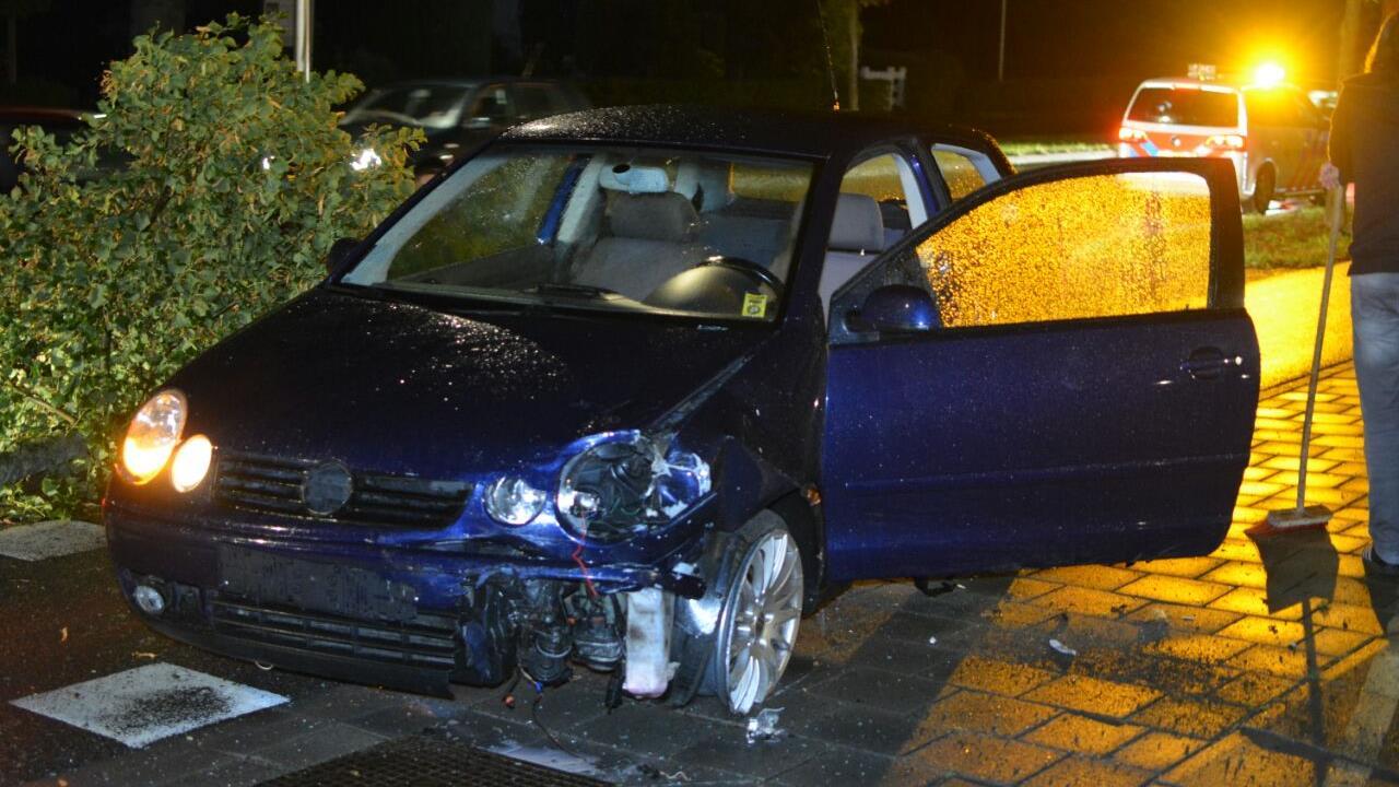 Autos zwaar beschadigd na botsing in Ommen, boom omver gereden.