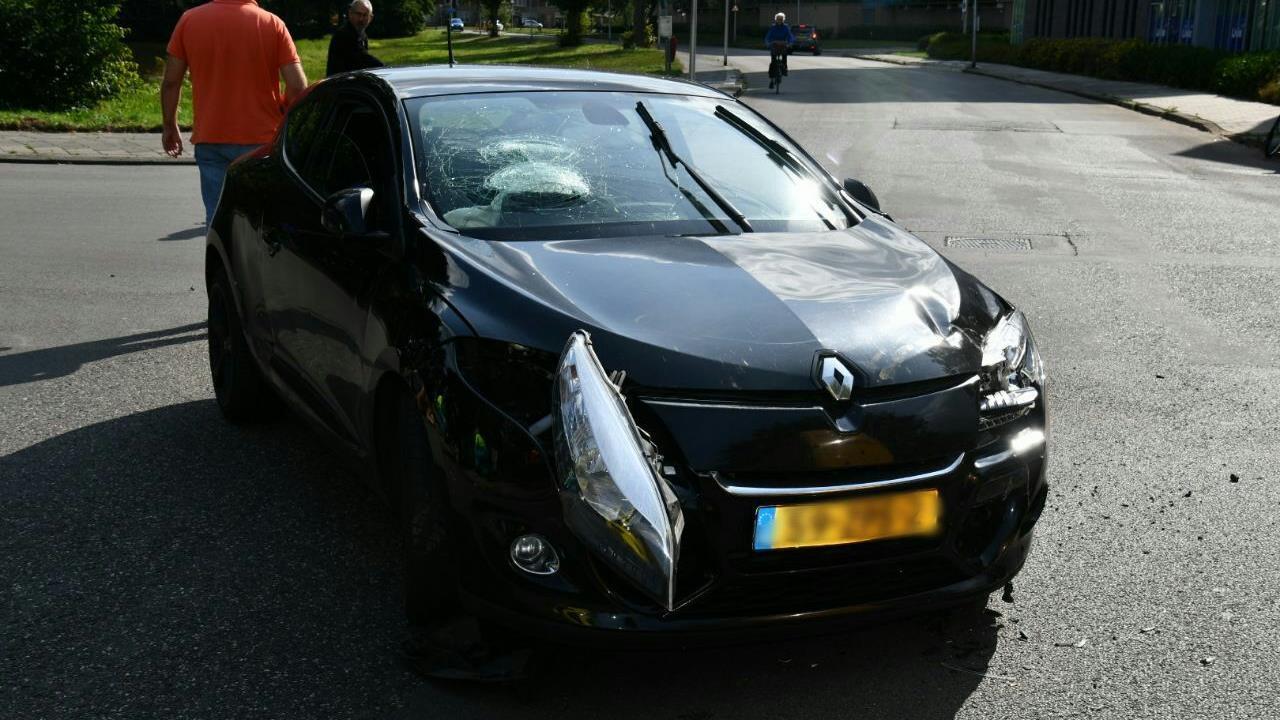 Veel schade bij ongeluk in Enschede, automobilist naar ziekenhuis.