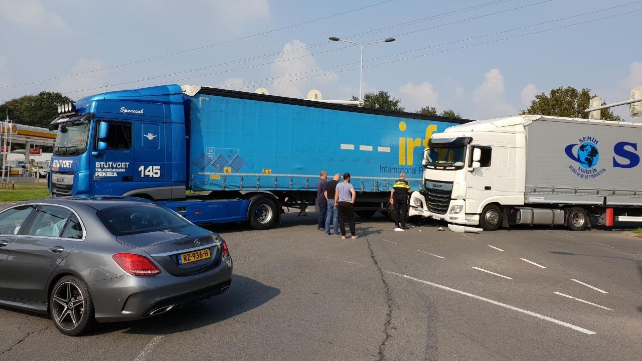 Chaos op kruising in Hengelo na ongeluk met vrachtwagens.