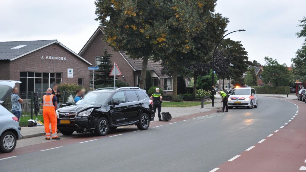 Twee autos betrokken bij botsing in Enter, inzittend kind met de schrik vrij.