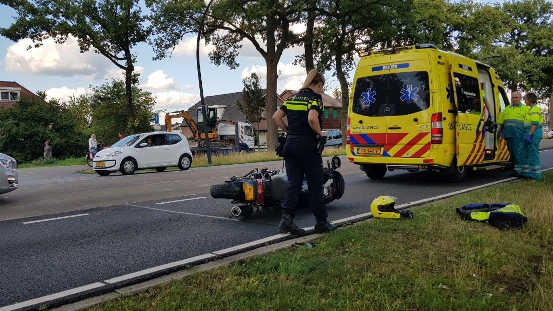 Motorrijder gewond na botsing met auto in Enschede.