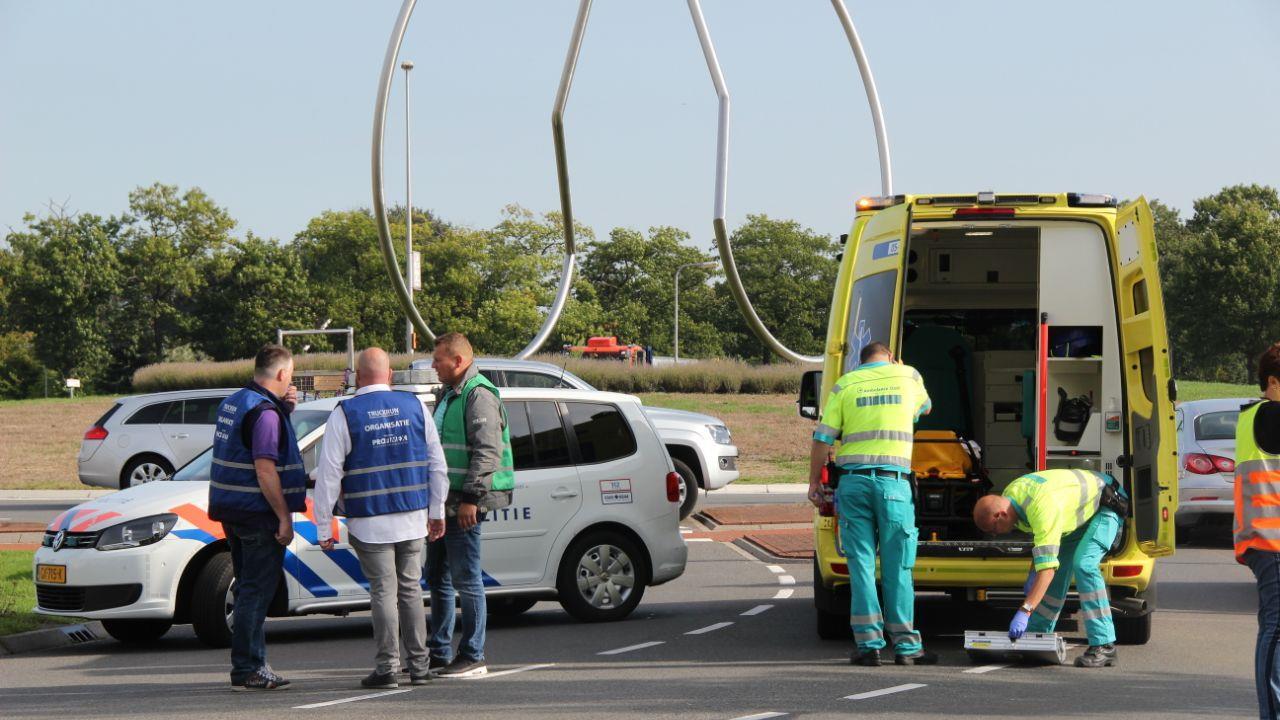 Verkeersregelaar gewond geraakt na aanrijding.