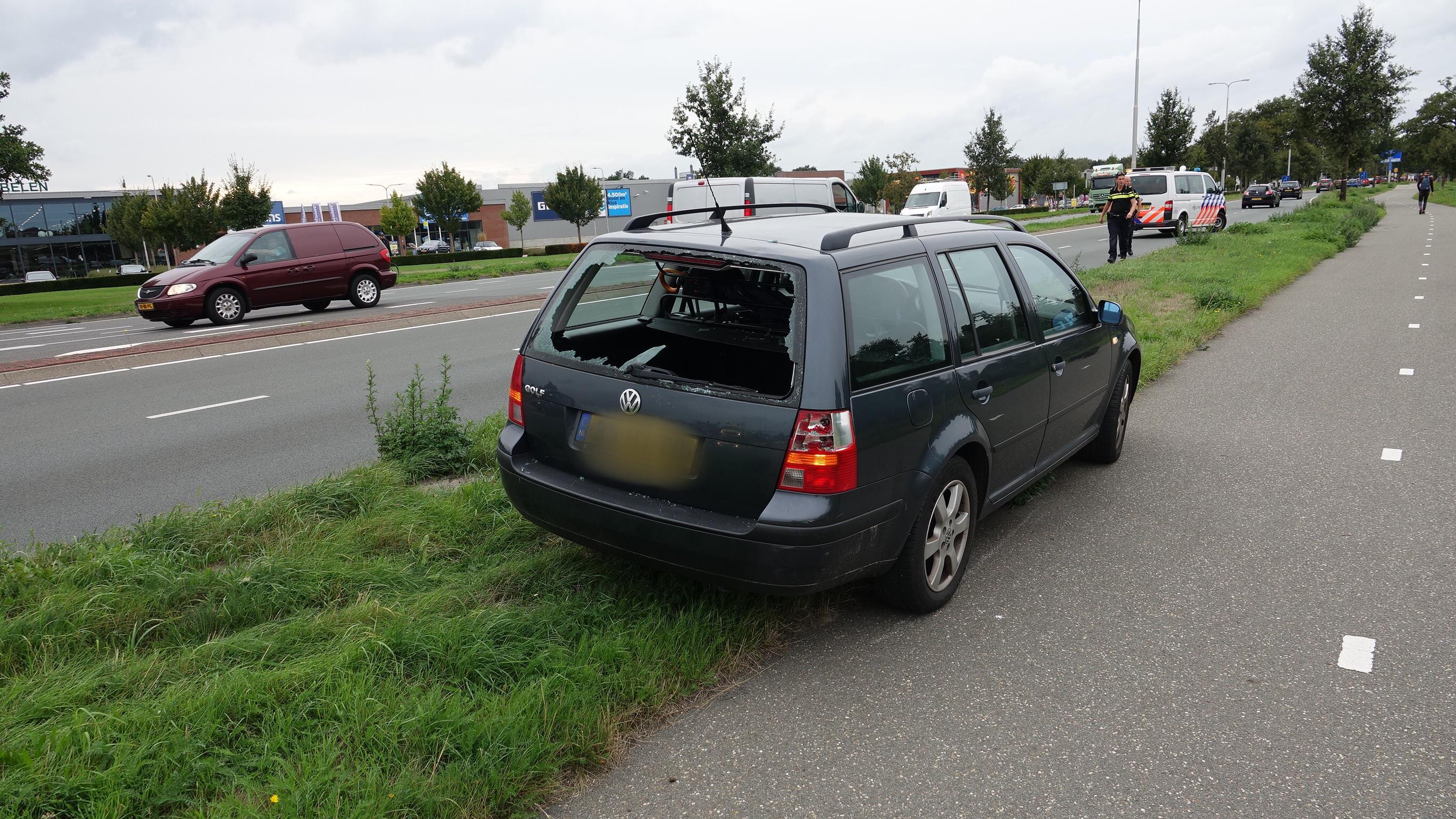 Scooterrijder vliegt door autoruit bij botsing in Hardenberg.