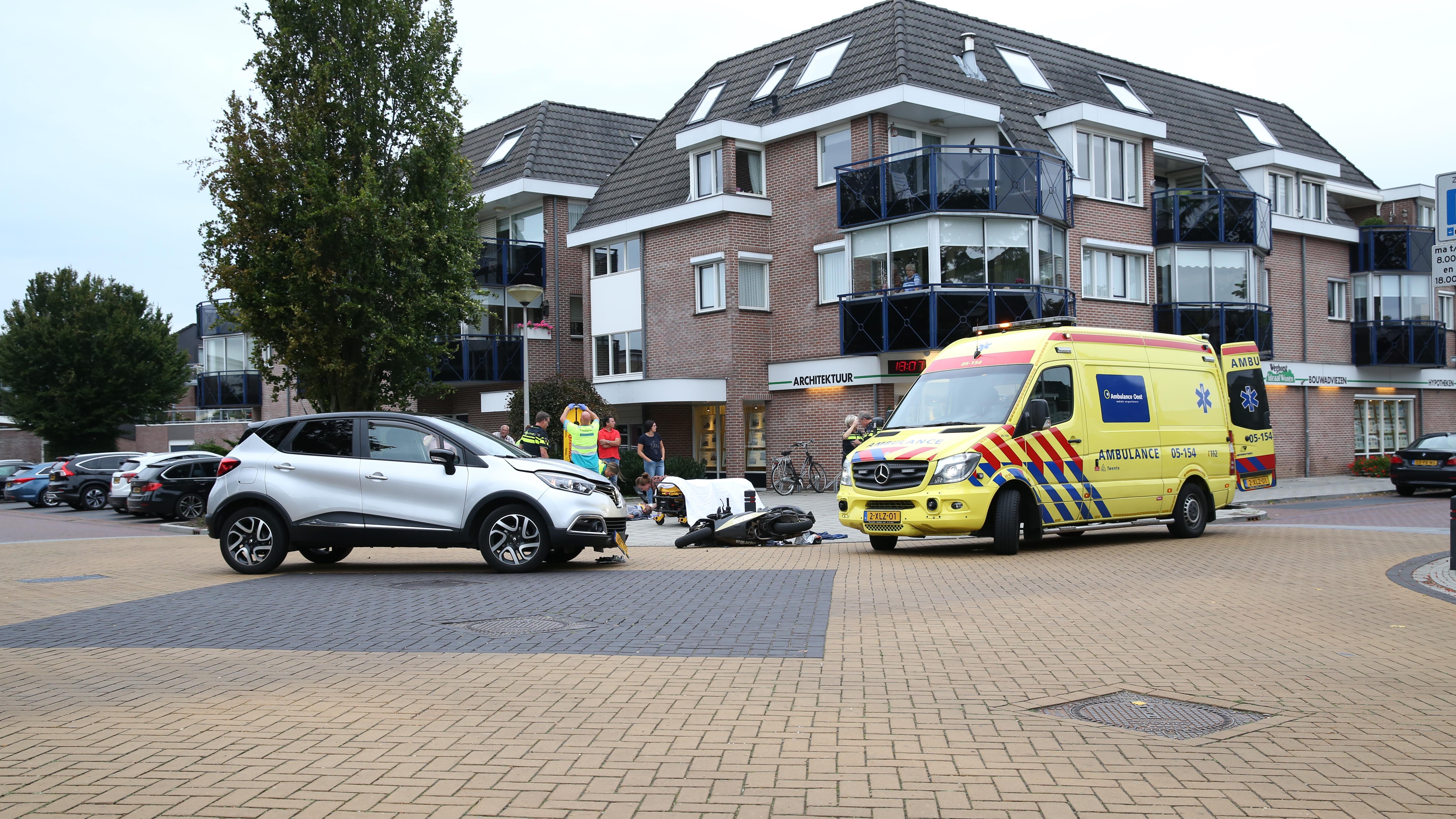 Scooterrijder met spoed naar ziekenhuis na ongeluk in Wierden.