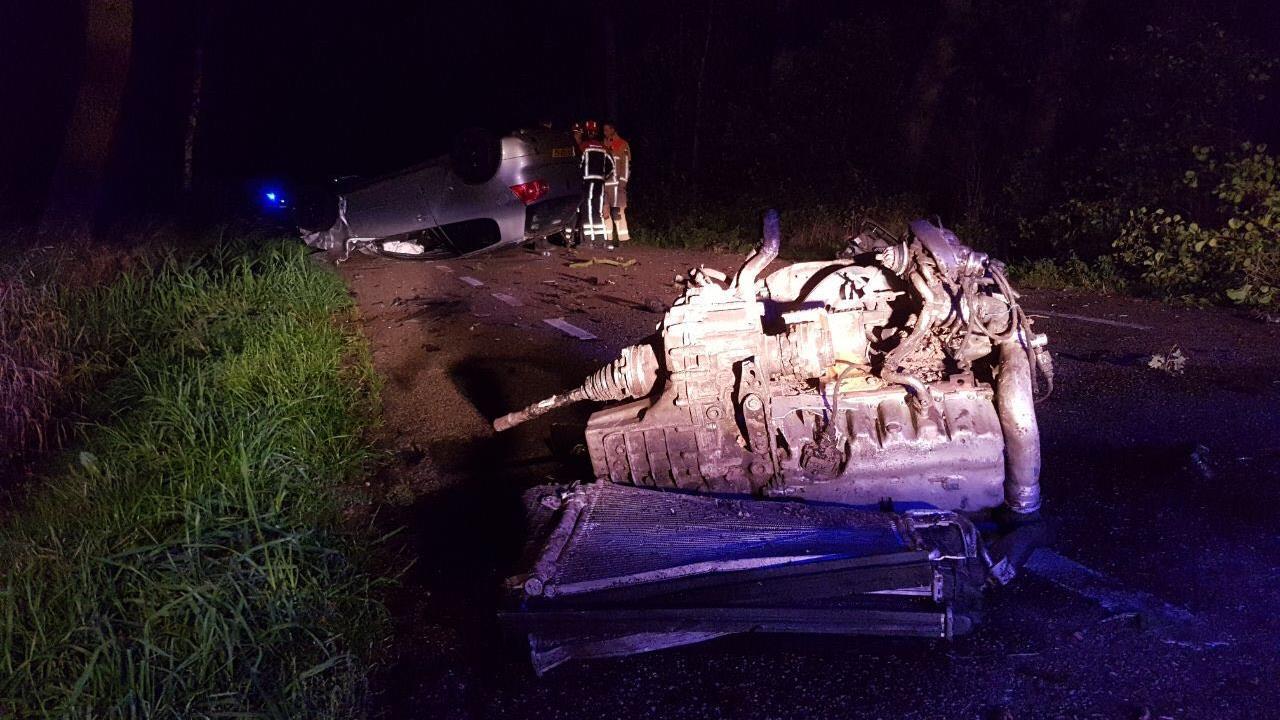 Ernstig ongeval in Manderveen, motorblok vliegt uit auto.