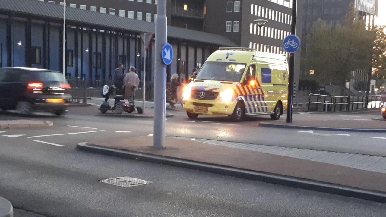 Vrouw in scootmobiel gewond geraakt na aanrijding met auto in Almelo.
