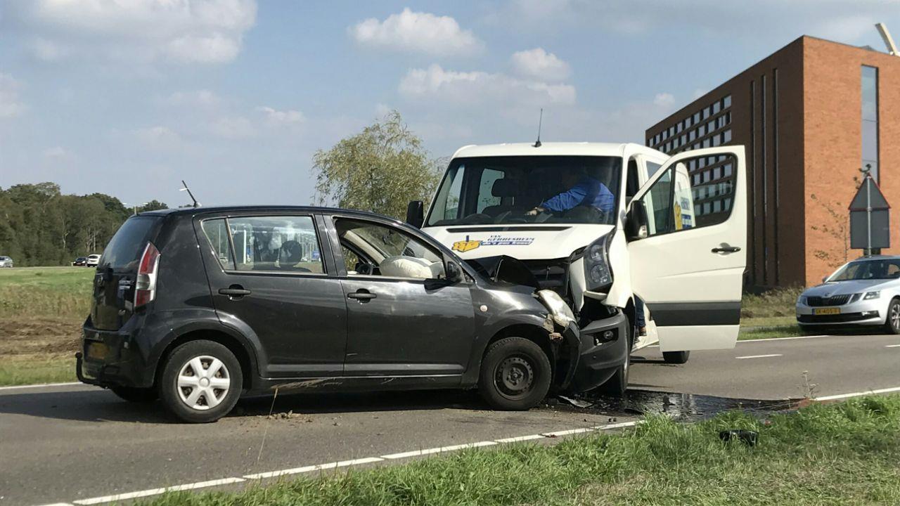 Gewonde bij botsing tussen auto en bedrijfsbus in Nijverdal.