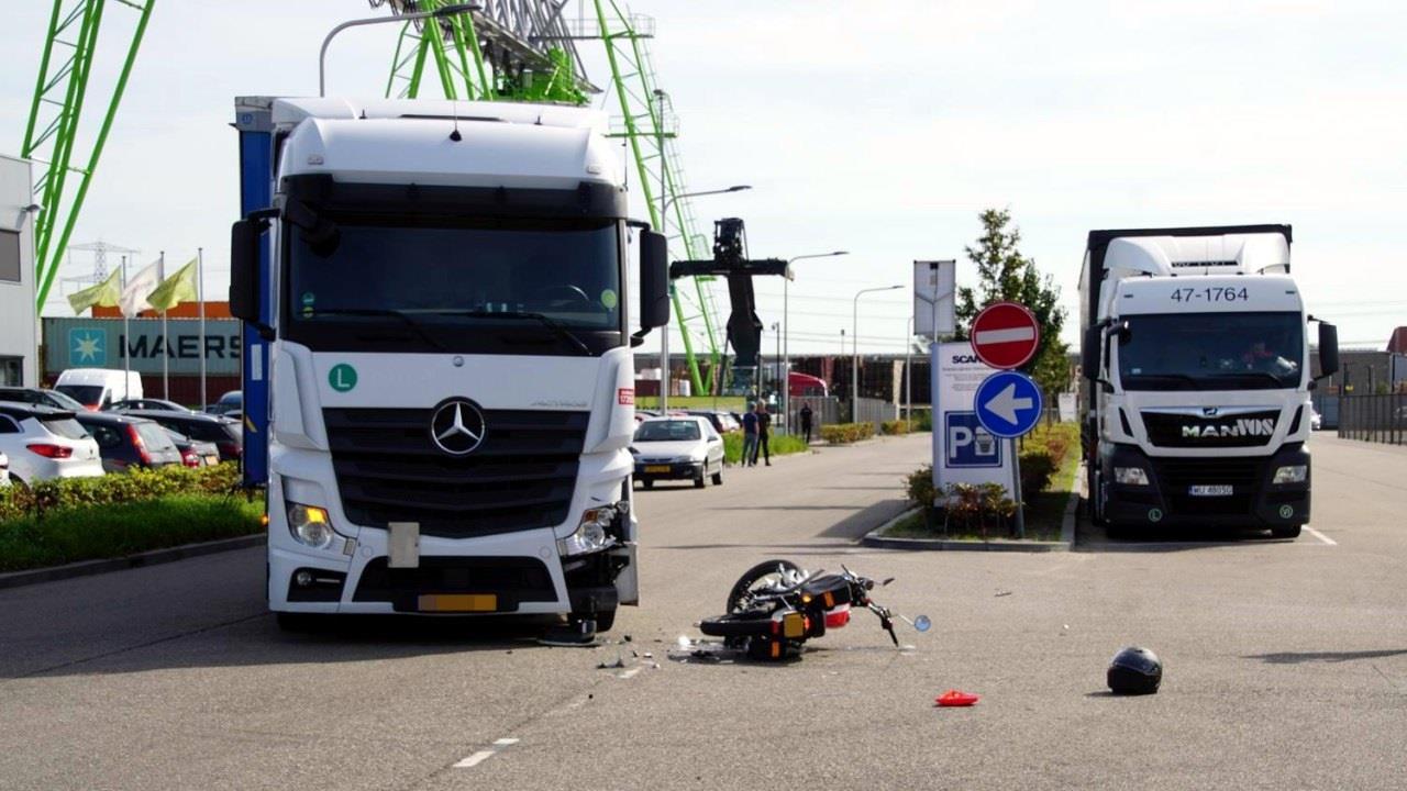 Bromfietser licht gewond na botsing met vrachtwagen in Hasselt.
