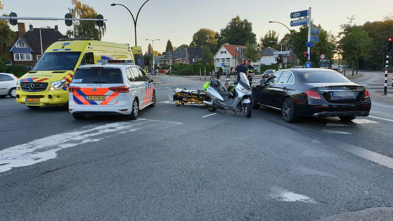 Scooterrijder raakt gewond bij aanrijding in Enschede.