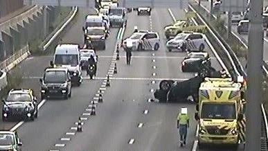 Verkeer op A28 staat vast na ongeluk.