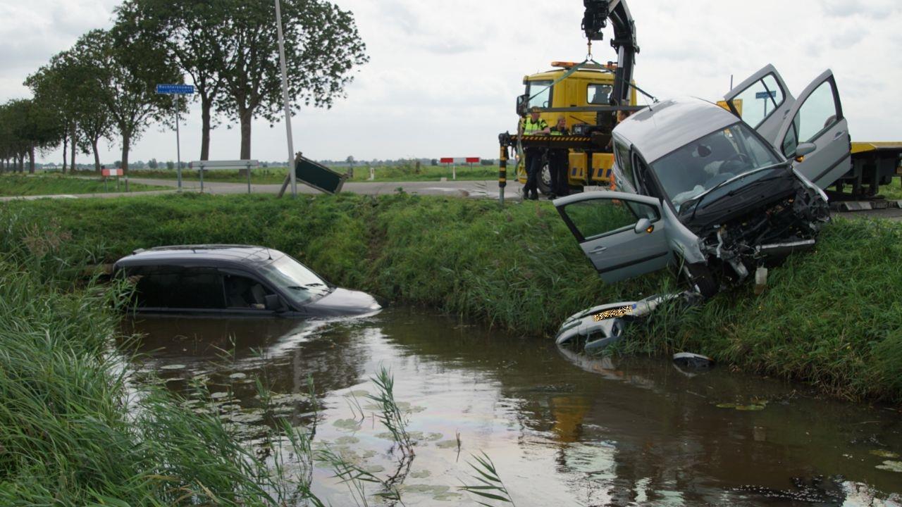 Auto belandt in sloot bij aanrijding in Staphorst.