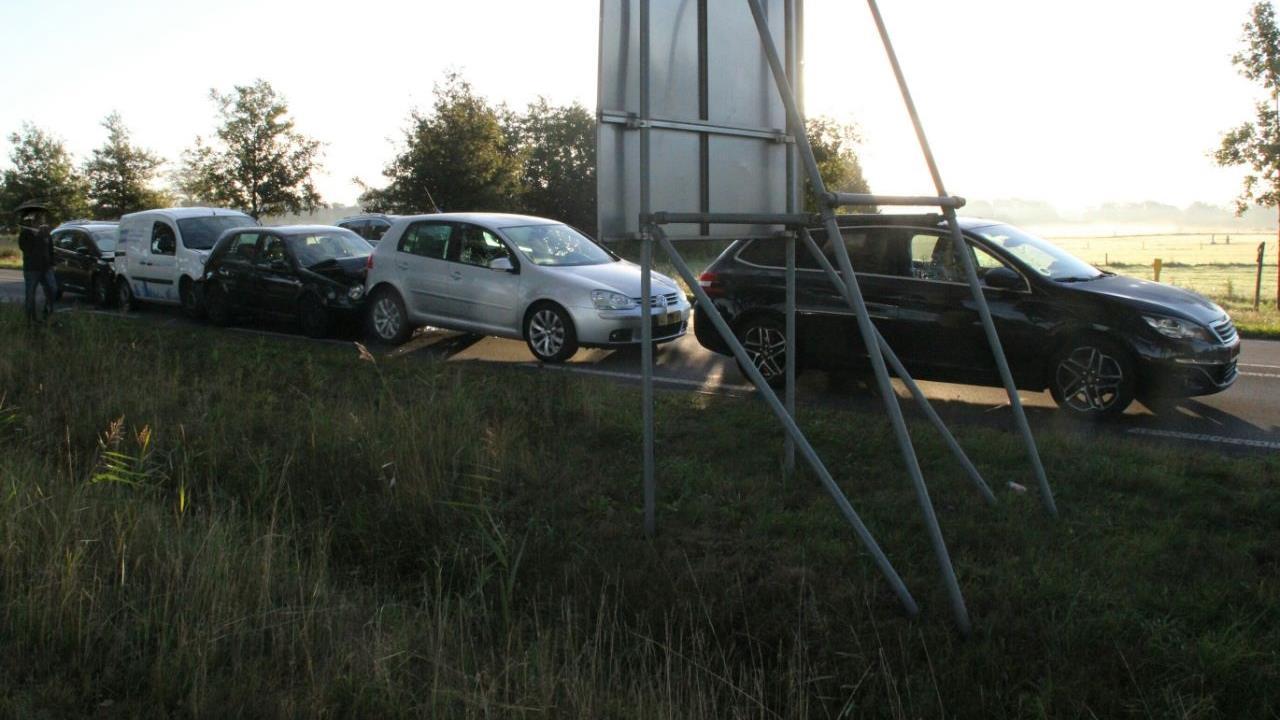 Vijf autos betrokken bij kop-staartbotsing op N350 in Wierden.