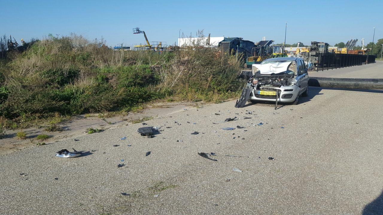 Bestuurder laat auto total loss achter na botsing met buis in Holten.