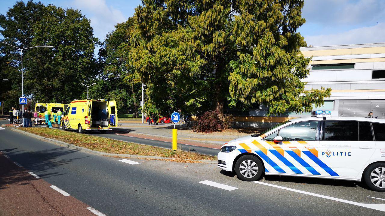 Scooterrijder en fietser naar ziekenhuis gebracht na ongeval in Almelo.