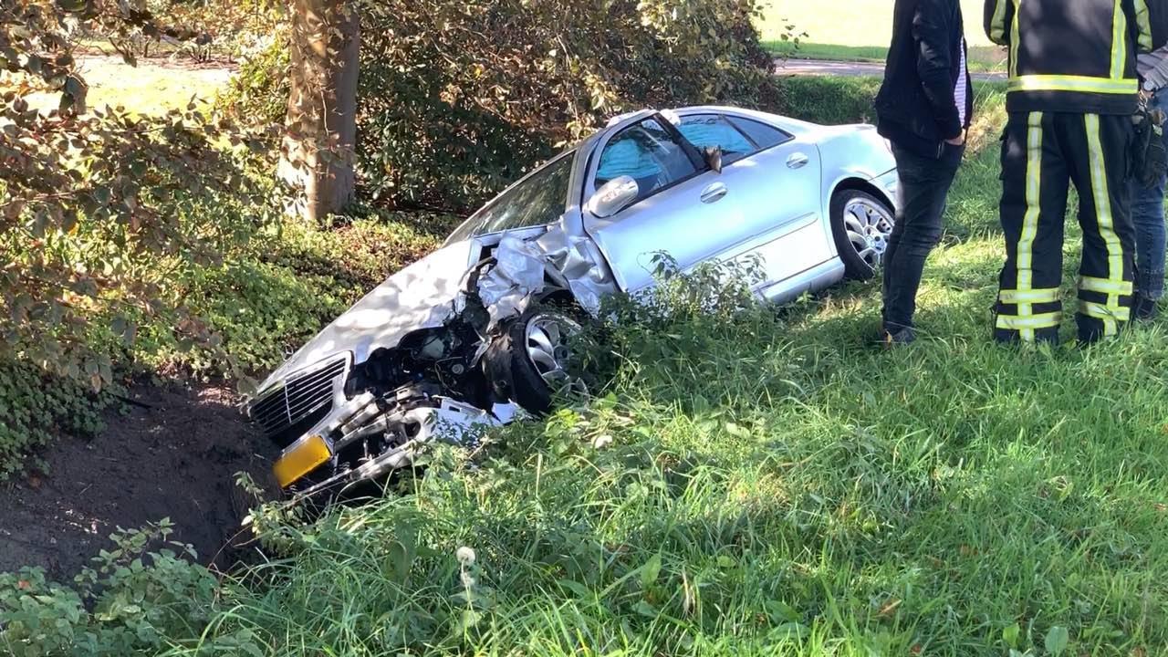 Gewonde bij ongeluk in Fleringen, auto belandt in sloot.
