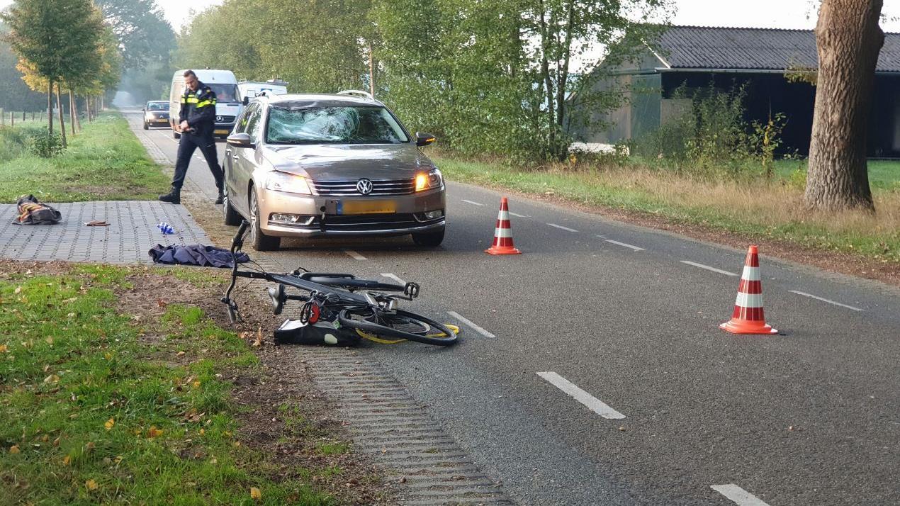 Fietser zwaargewond naar ziekenhuis na aanrijding in Haaksbergen.