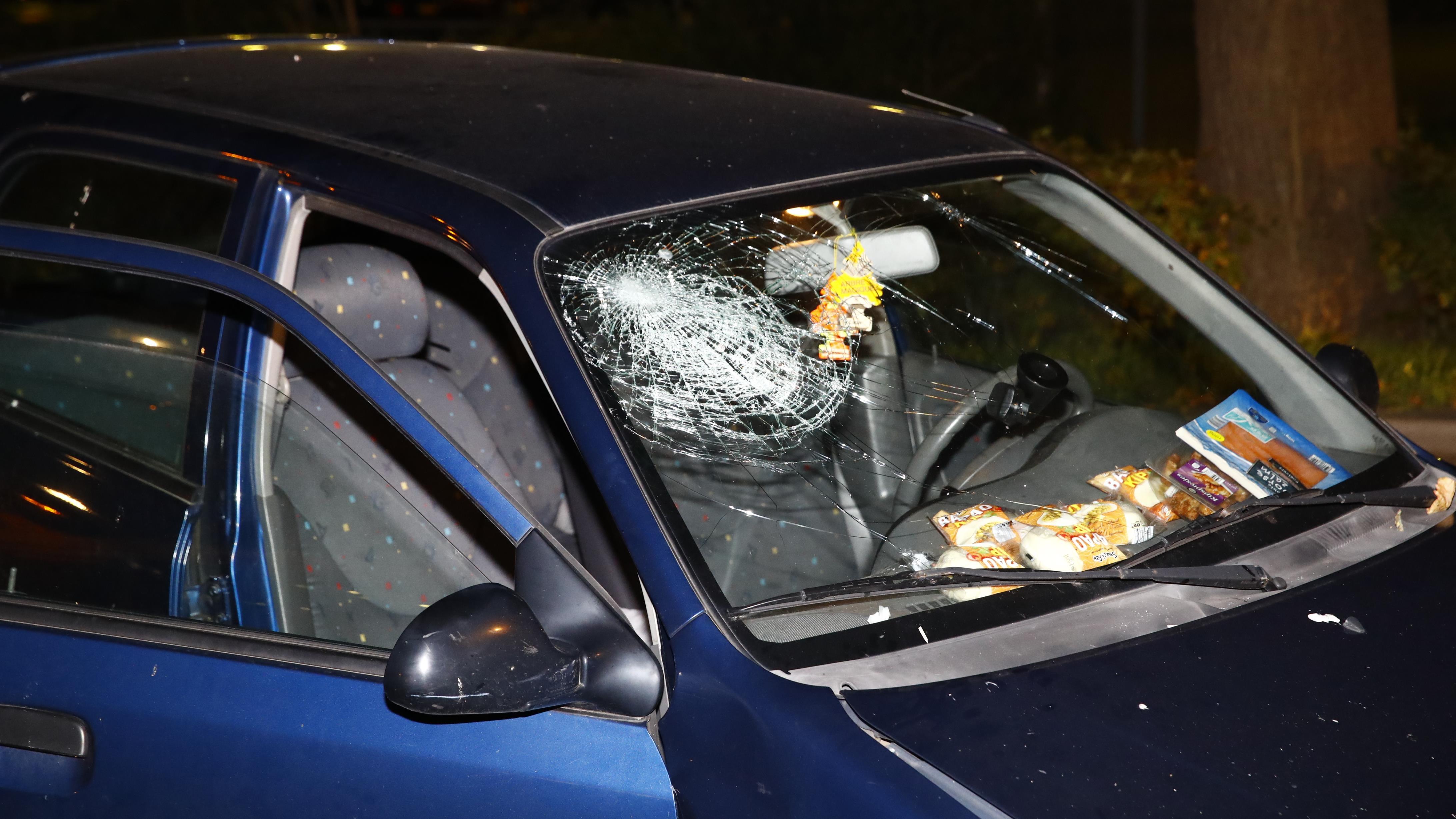 Twee gewonden bij botsing met geparkeerde auto in Zwolle.