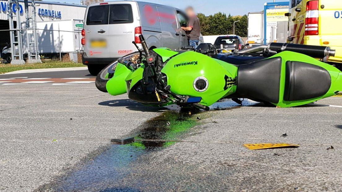 Motorrijder naar ziekenhuis na botsing in Hengelo.