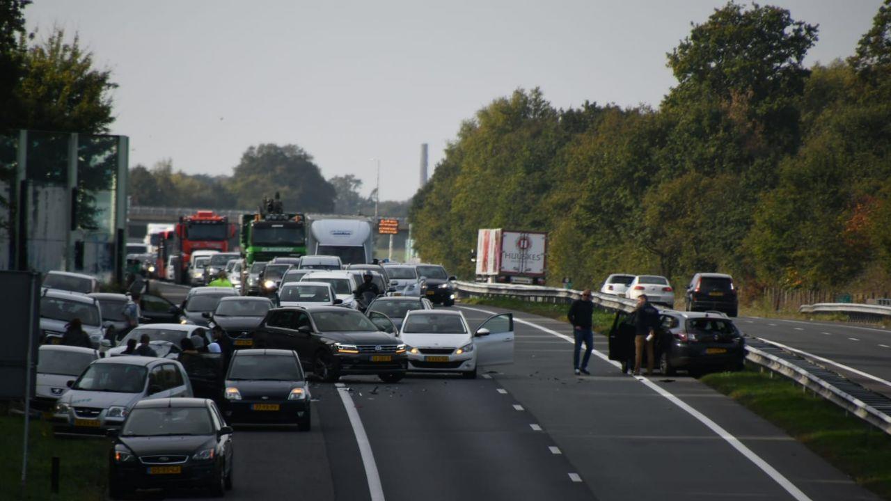 Groot ongeval op A35 bij Enschede, verkeer richting Duitsland staat stil.