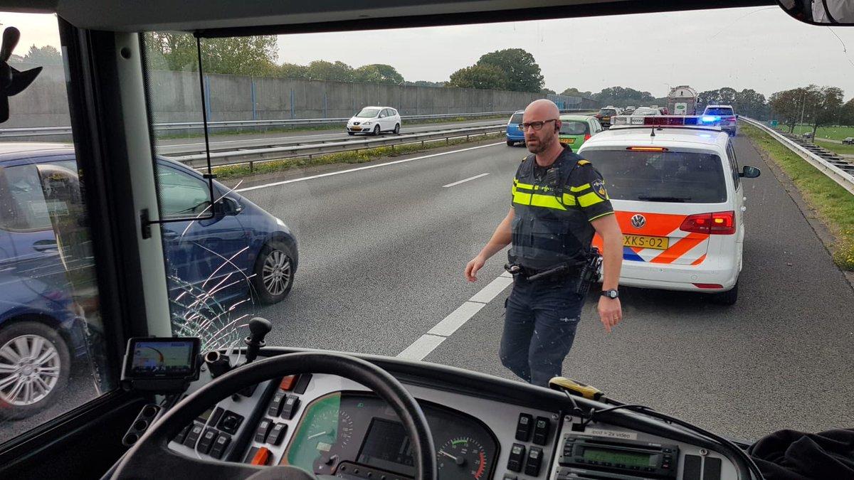Supportersbus PEC Zwolle strandt na ongeluk.