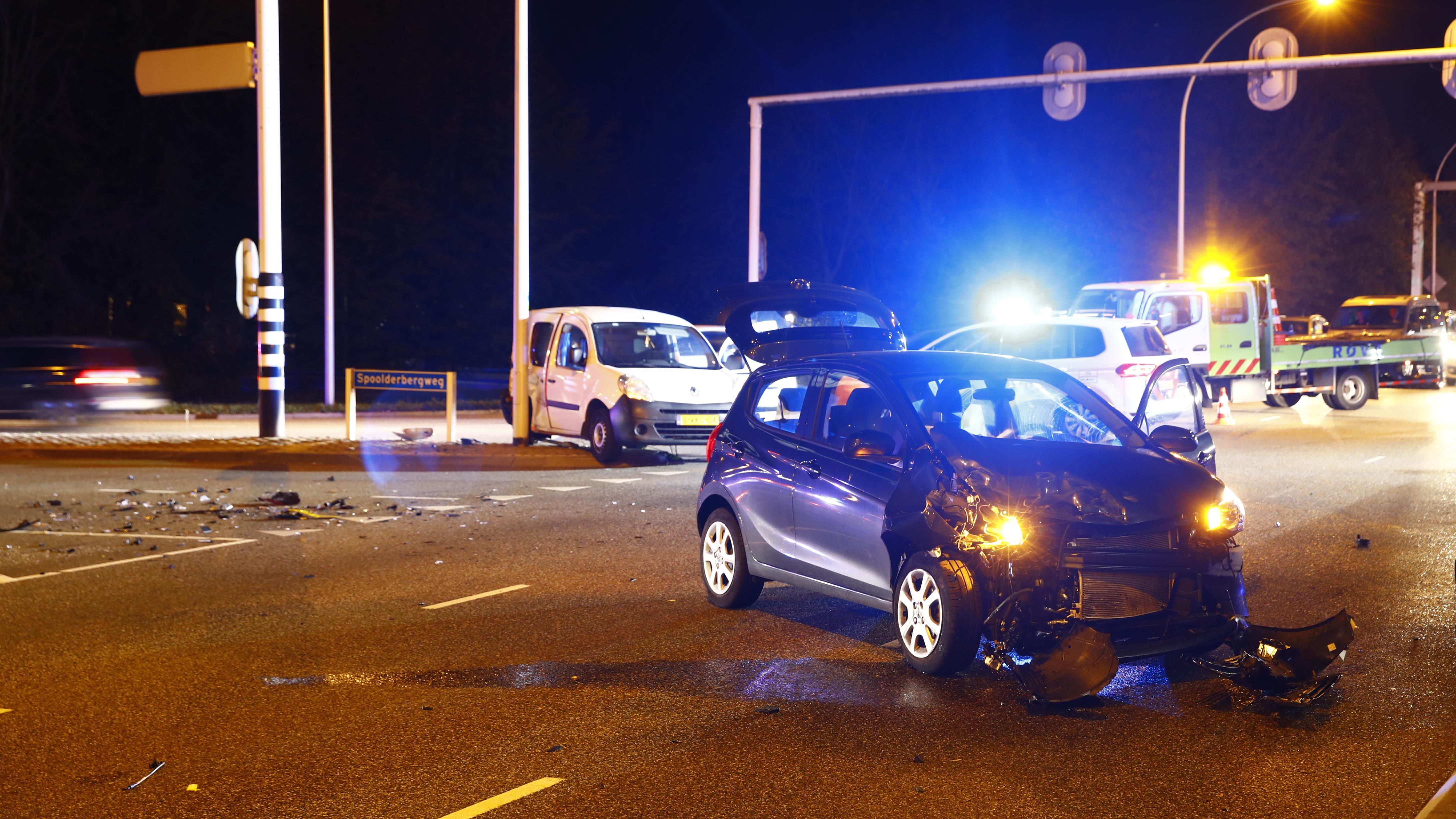 Verkeershinder in Zwolle na botsing tussen auto en busje.