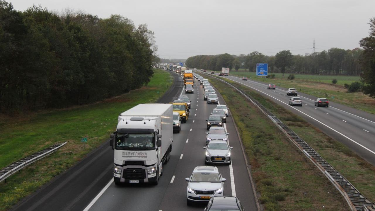 Vertraging op A1 bij Holten in beide richtingen door ongeluk en pech.
