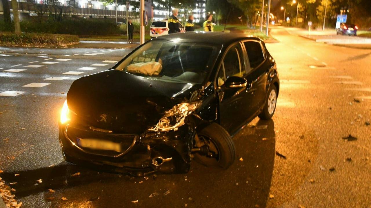 Gewonde en zwaar beschadigde autos bij ongeluk in Enschede.