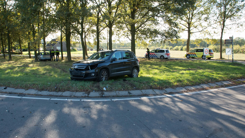 Auto botst tegen boom na aanrijding met vrachtwagen.