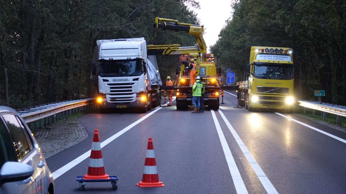 Bijna gekantelde vrachtwagen zorgde voor vertraging op N36 bij Beerzerveld.