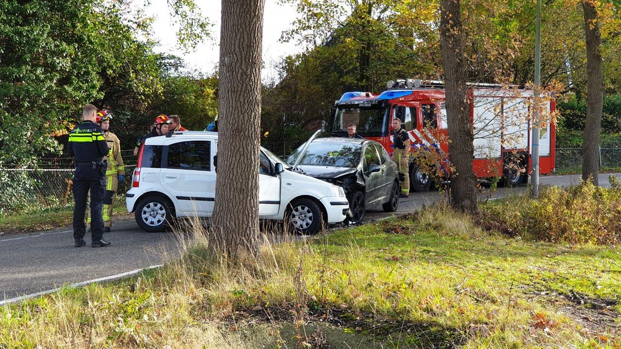 Autobestuurster raakt gewond bij frontale botsing in Enschede.