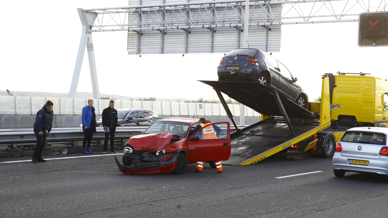 Flinke verkeershinder A12 door ongeluk meerdere voertuigen en grote ravage.