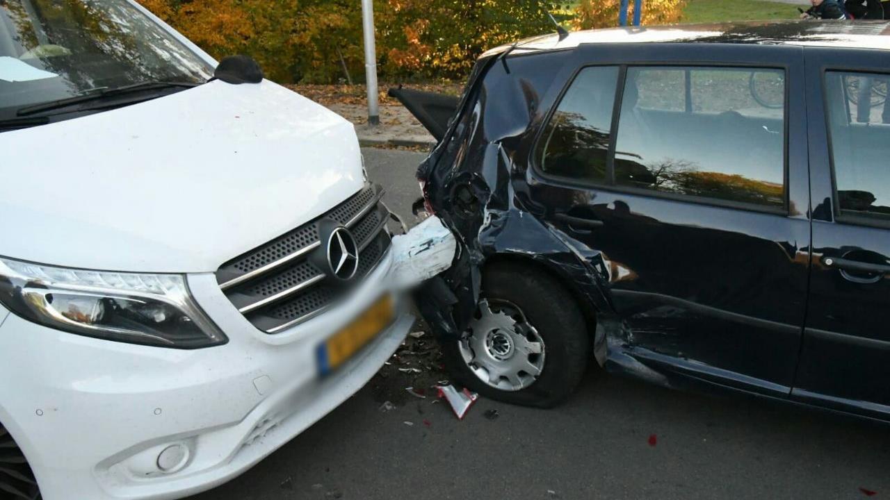 Twee personen gewond geraakt bij aanrijding met drie autos in Enschede.