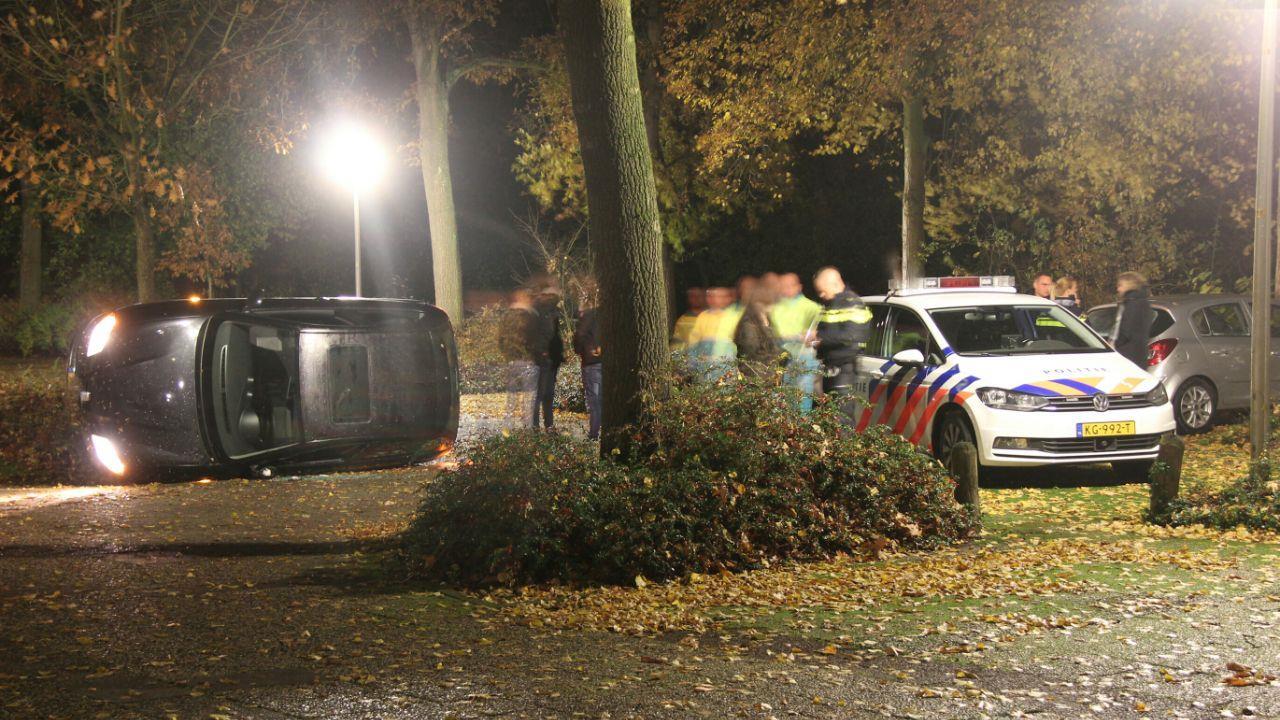 Politie vindt mogelijk vuurwapen en drugs na ongeval in Rijssen.