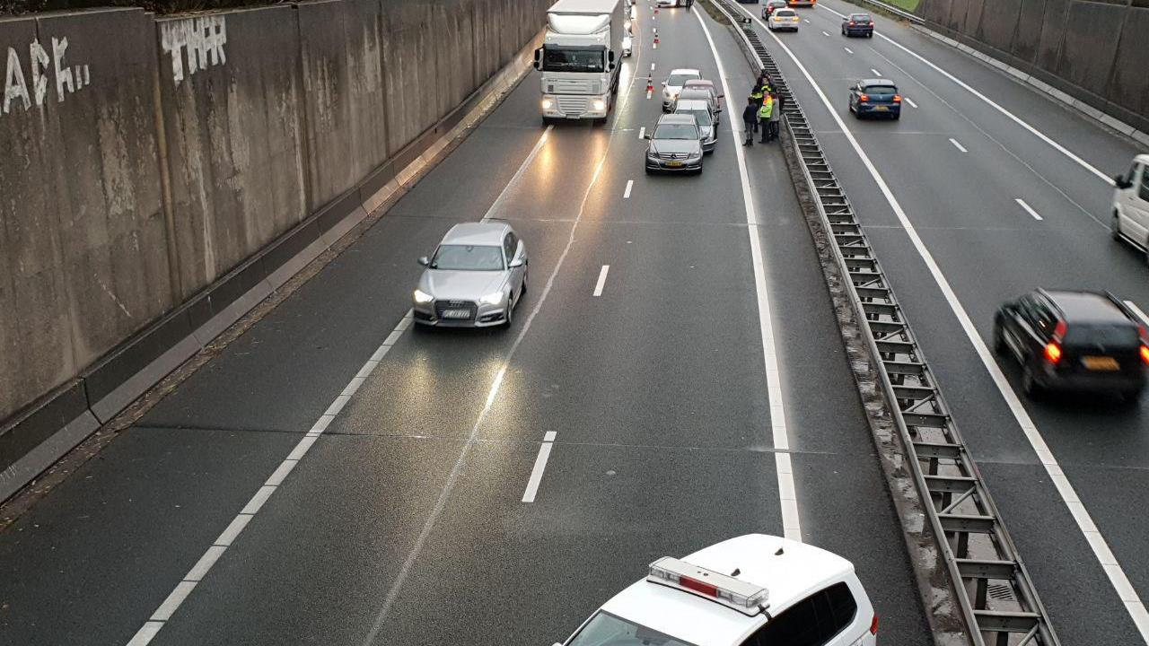 A1 bij Hengelo weer vrij na aanrijding tussen vijf voertuigen.