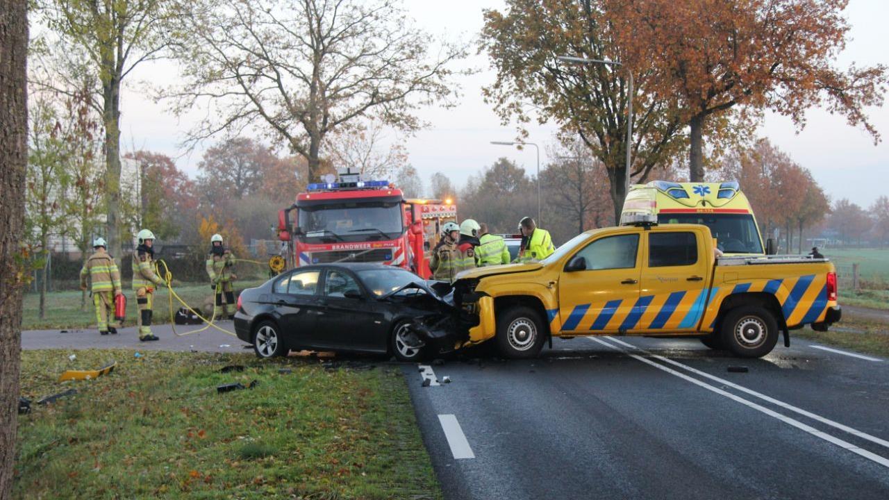 N332 bij Raalte weer open na frontale aanrijding auto en pick-up.