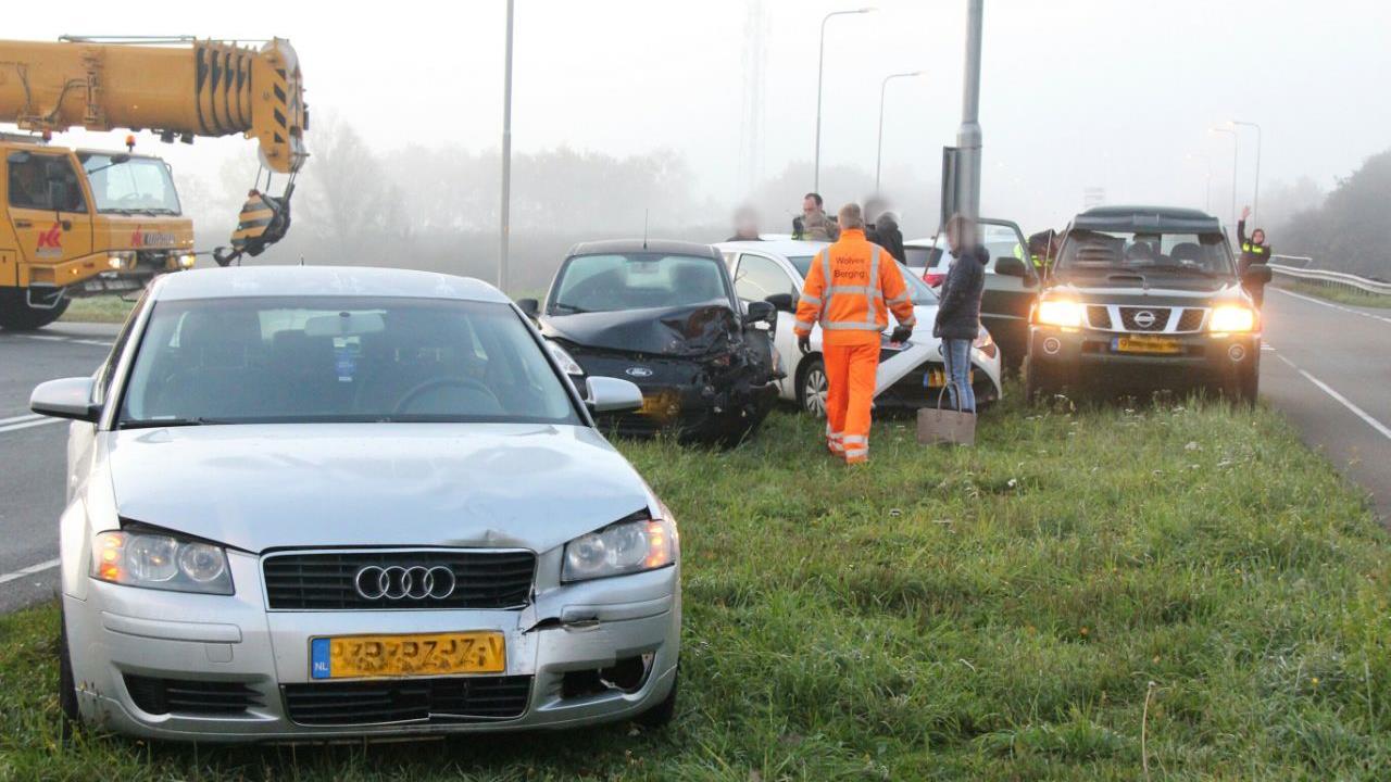 Drie autos weggesleept na ongeluk bij afrit A1 in Holten.