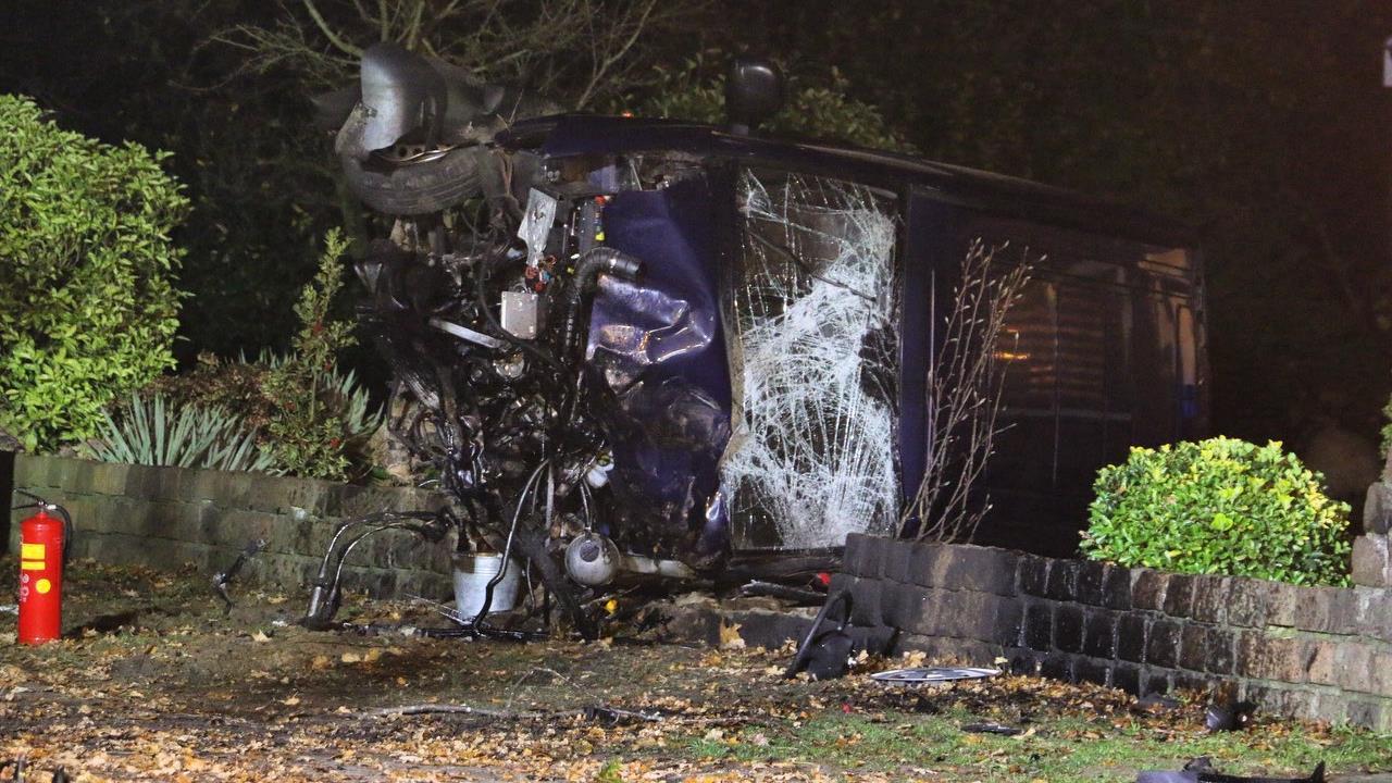 Auto op zn kant na botsing met boom in Saasveld, bestuurder gewond.