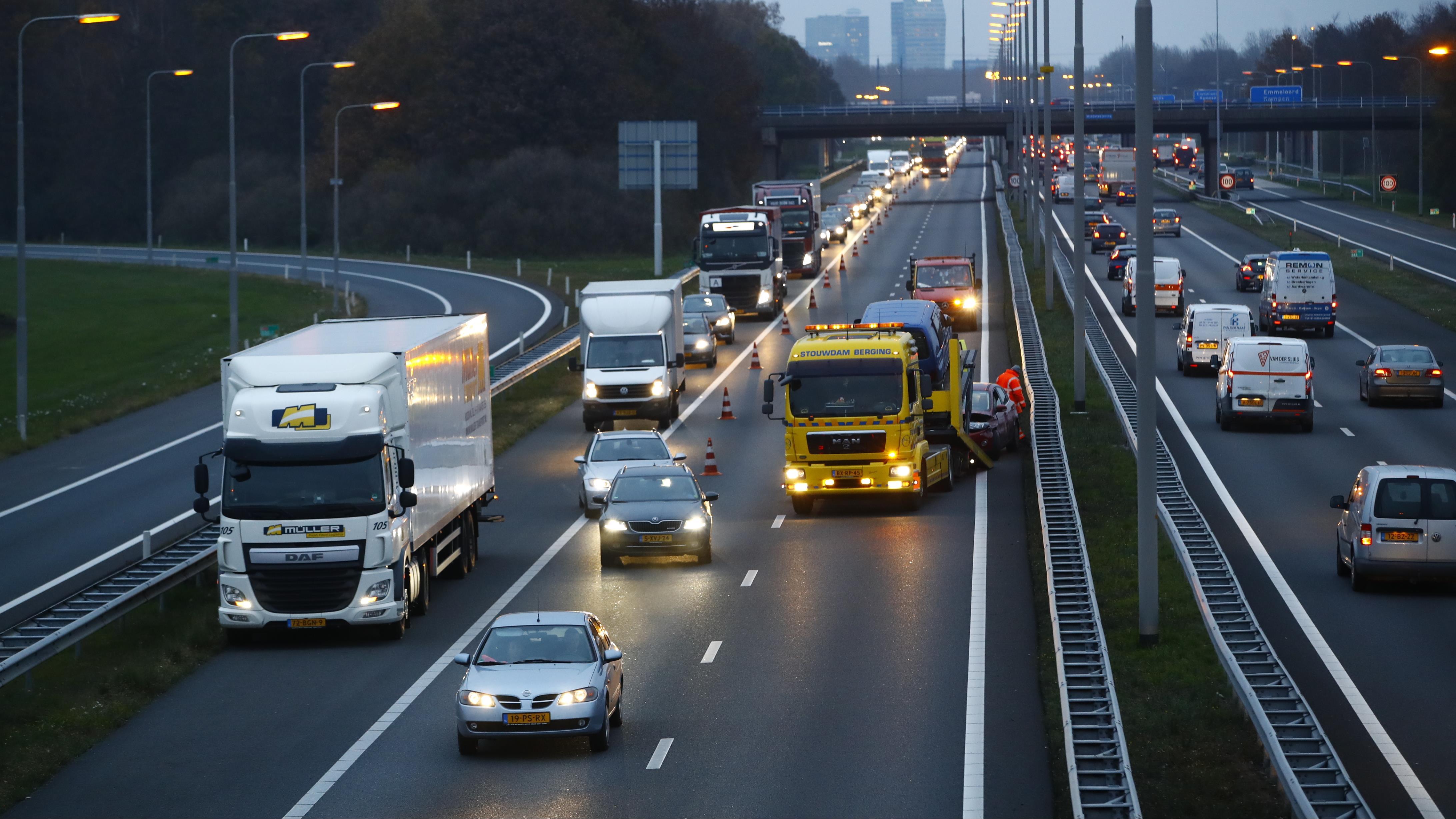 Verkeerschaos rond Zwolle door ongeluk A28 bij knooppunt Hattemerbroek.