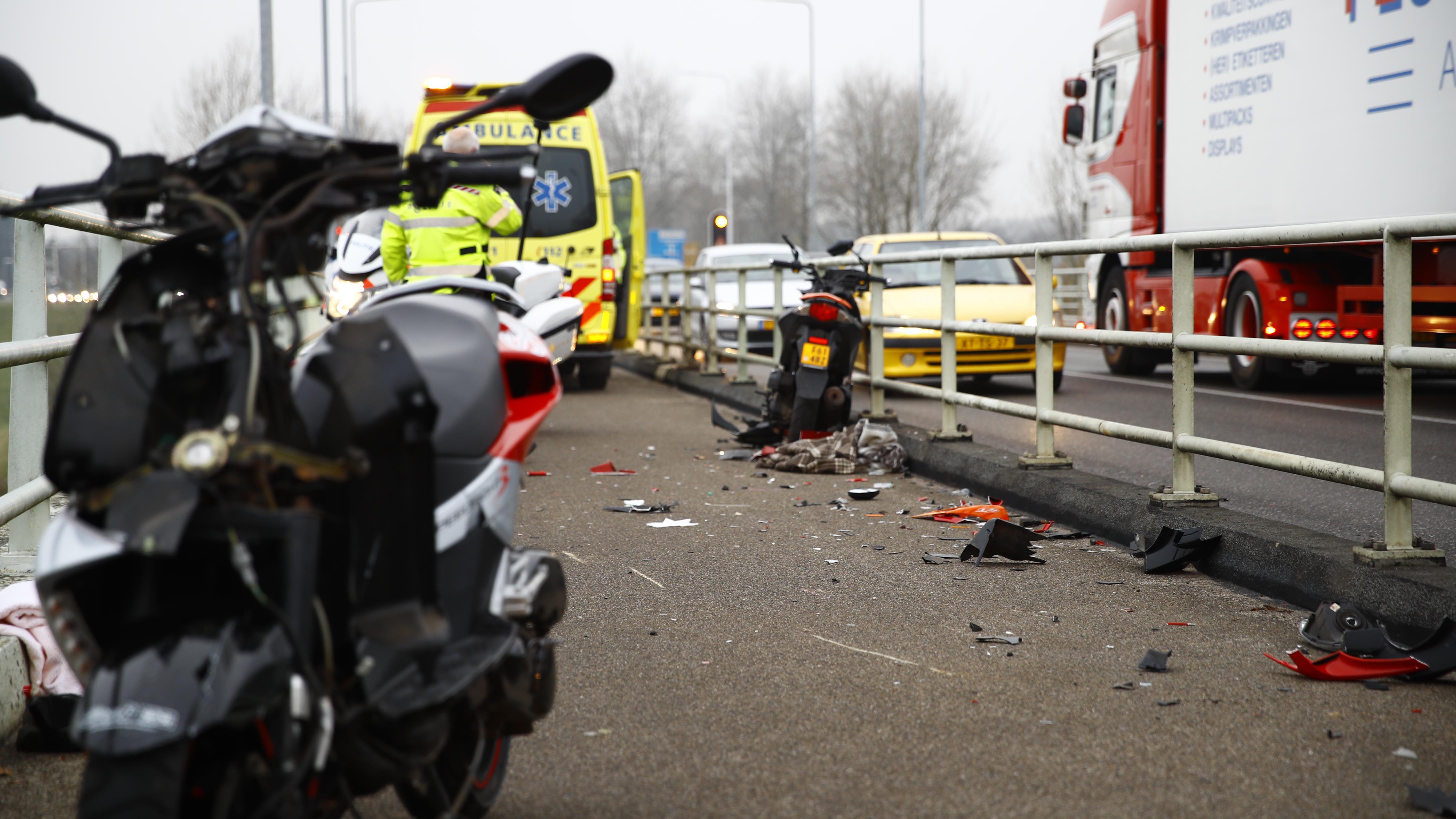 Zwaar scooterongeluk op IJsselbrug in Zwolle.