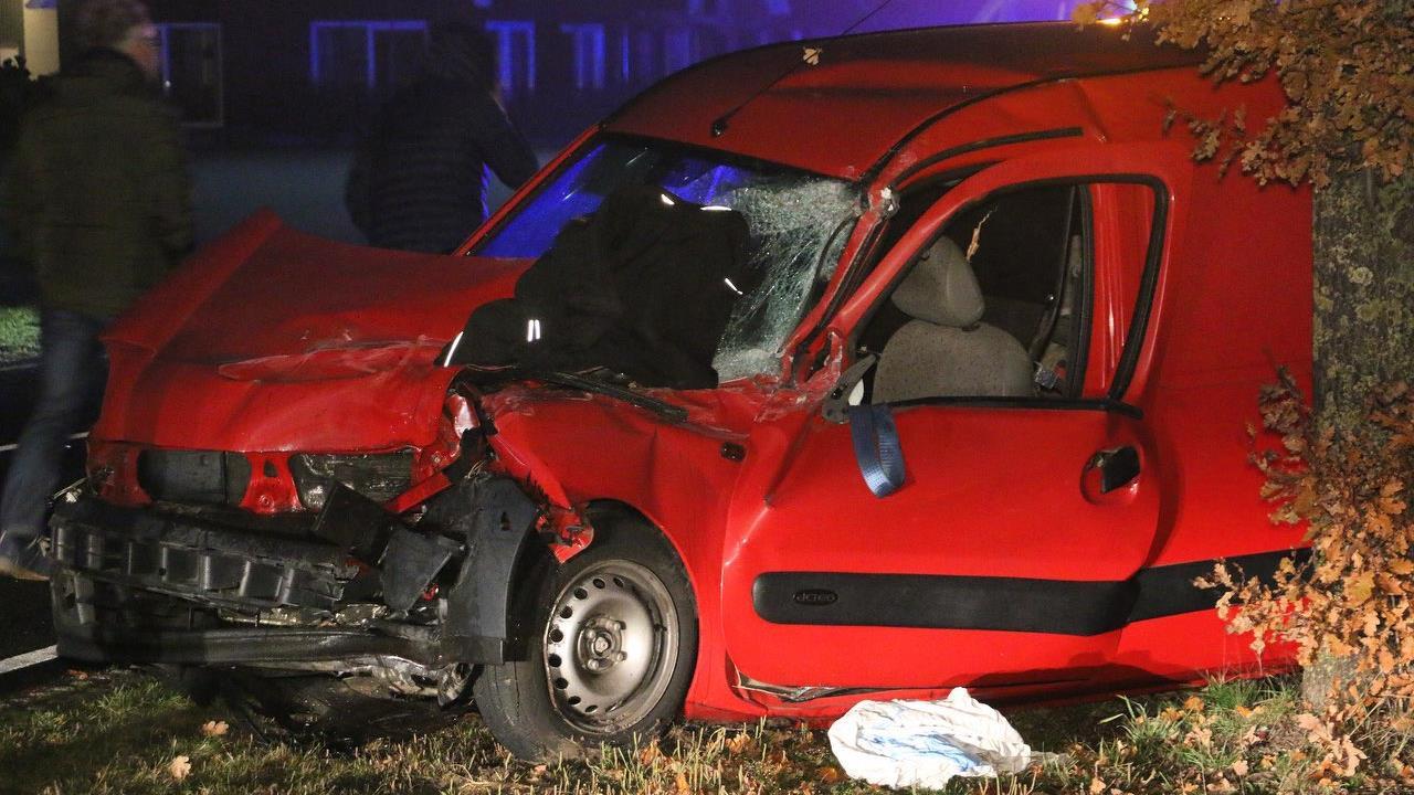 Man stapt na ongeluk op A50 uit auto en wordt geschept door vrachtwagen.
