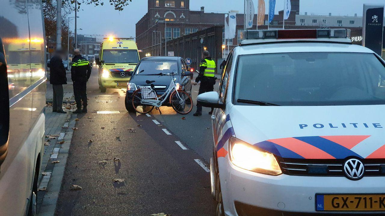 Vrouw bekneld onder auto na verkeersongeval in Enschede.