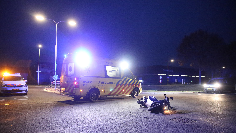 Scooterrijder naar ziekenhuis na botsing met auto in Almelo.