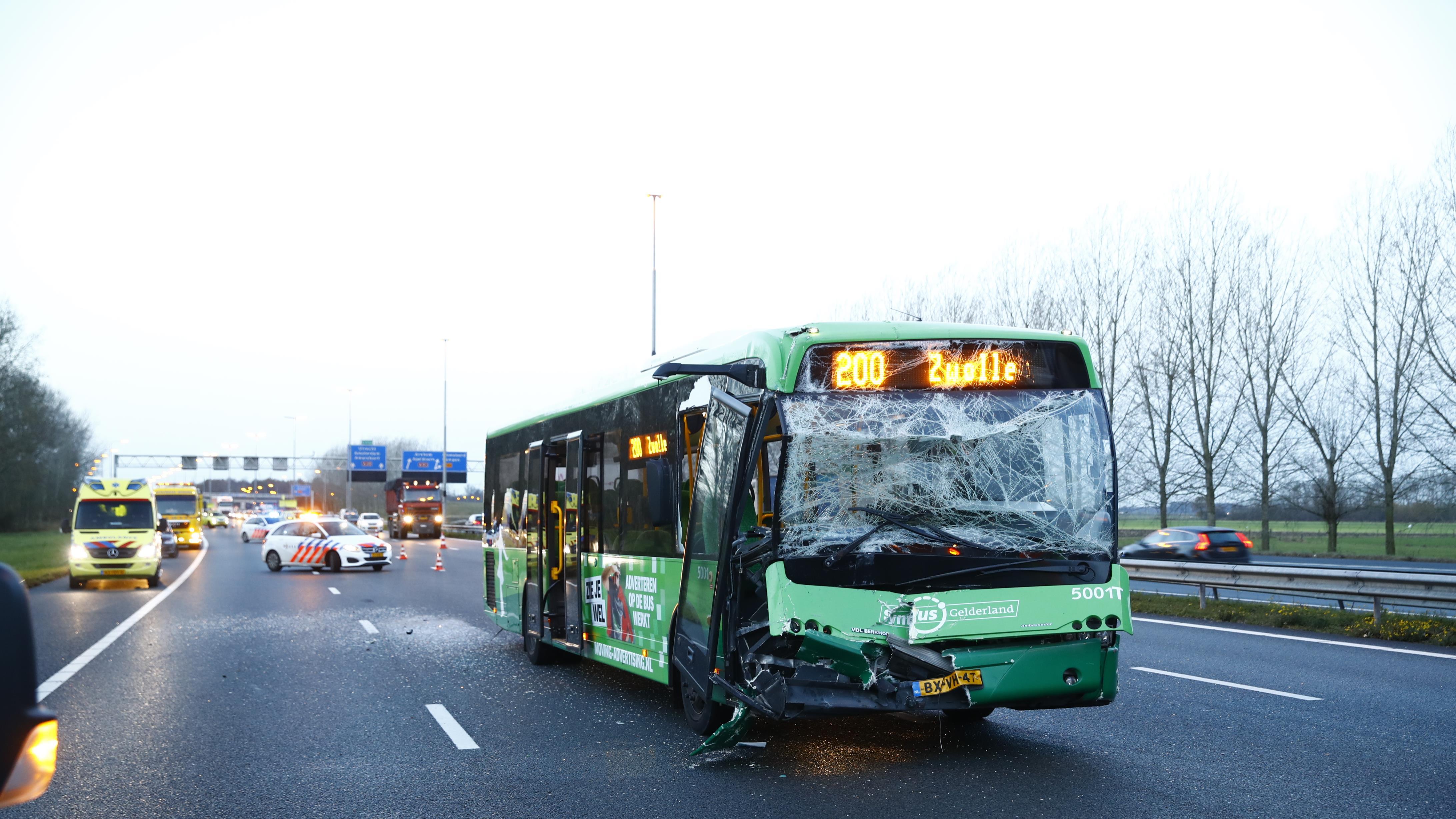 Ongeval met bus en vrachtwagen op A28 tussen Hattemerbroek en Zwolle: weg weer vrij.