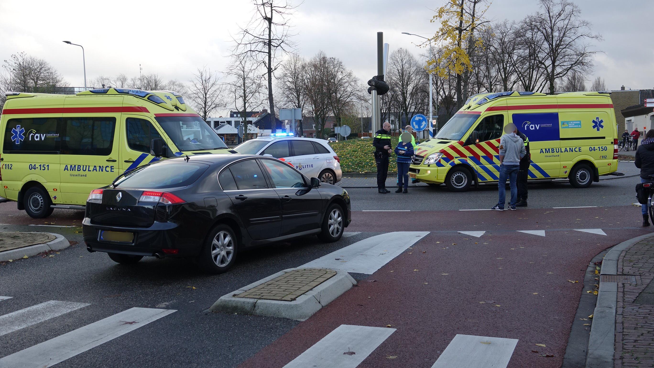 Fietsster zwaargewond na aanrijding op rotonde in Hardenberg.