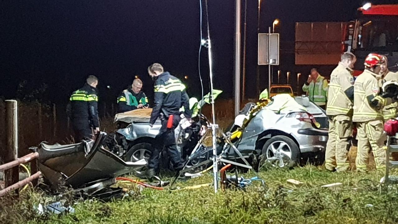 Bestuurder bevrijd na ongeluk, A1 bij Hengelo afgesloten.