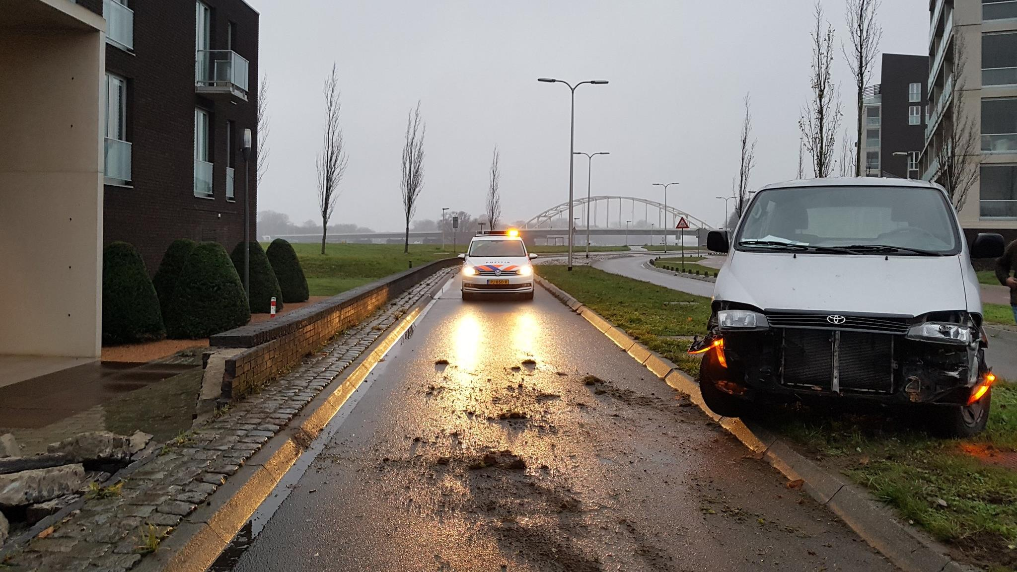 Automobilist rijdt muur omver bij eenzijdig ongeval in Deventer.