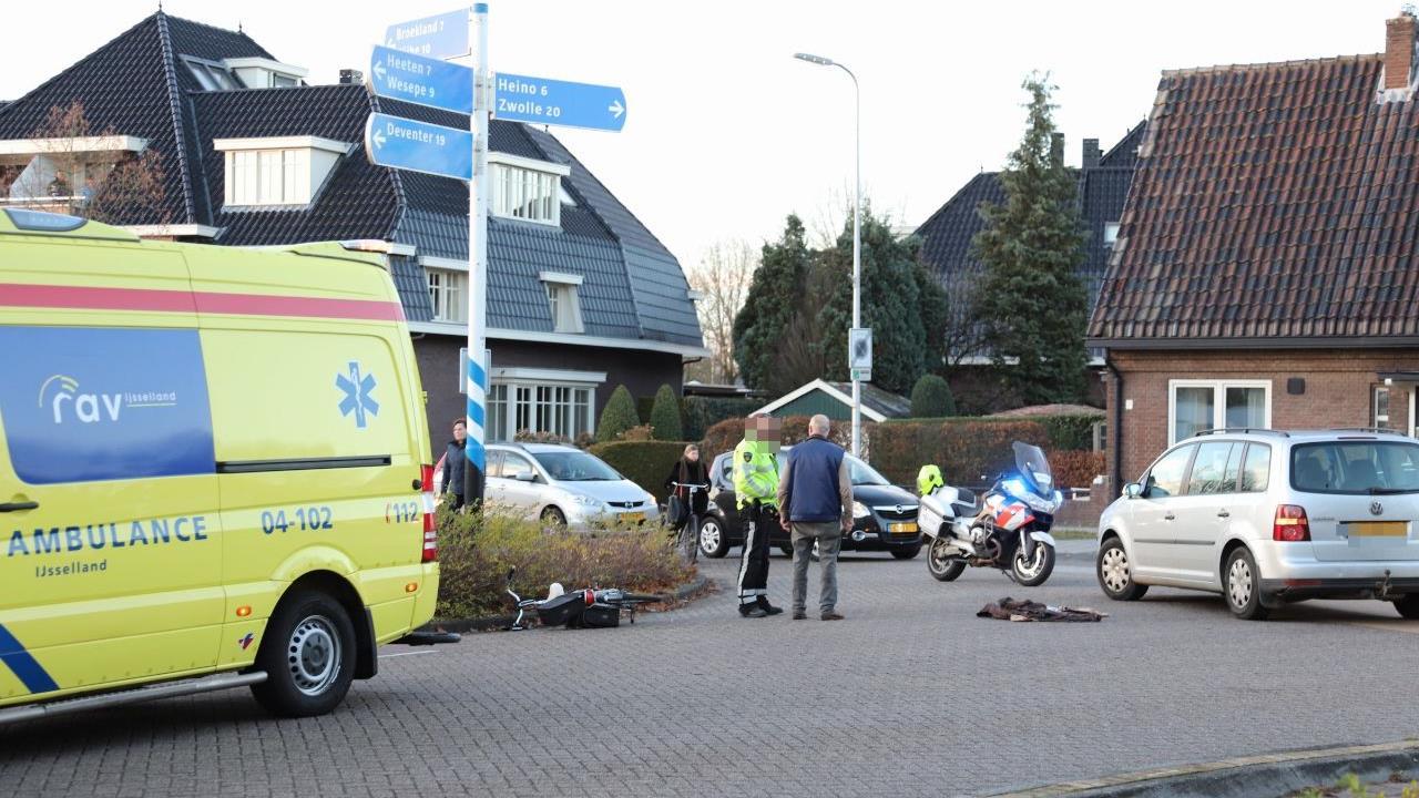Fietsster naar ziekenhuis na aanrijding in Raalte.
