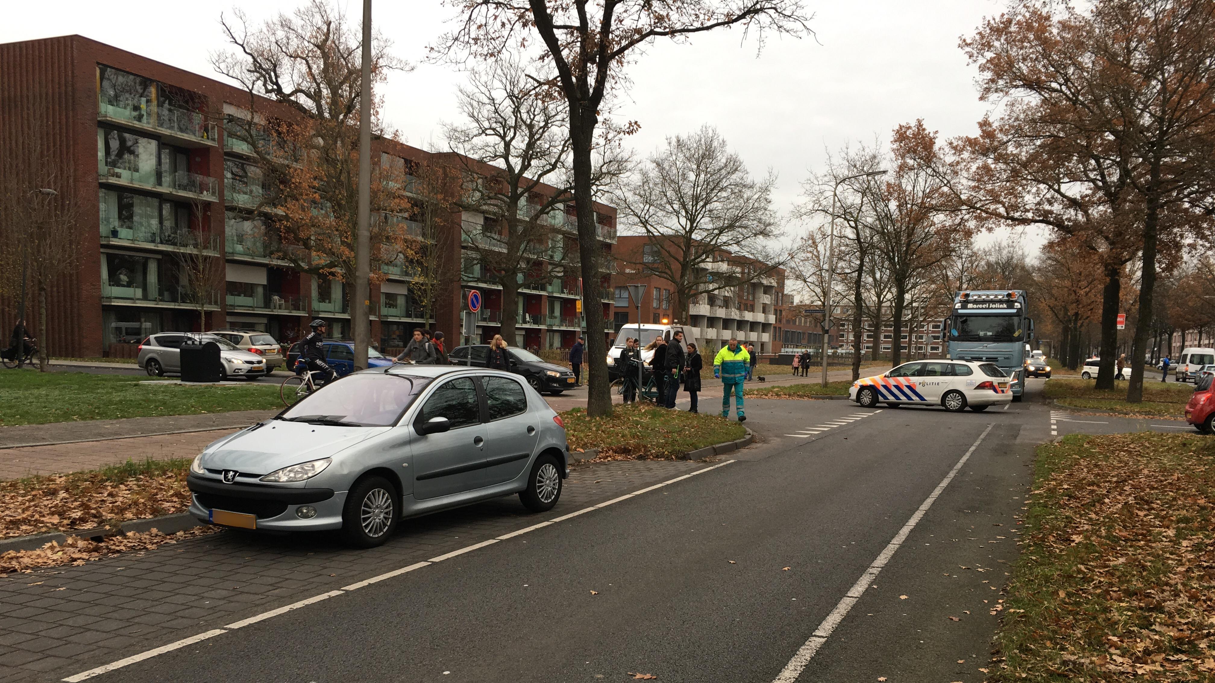 Fietsster gewond na aanrijding met auto in Deventer.