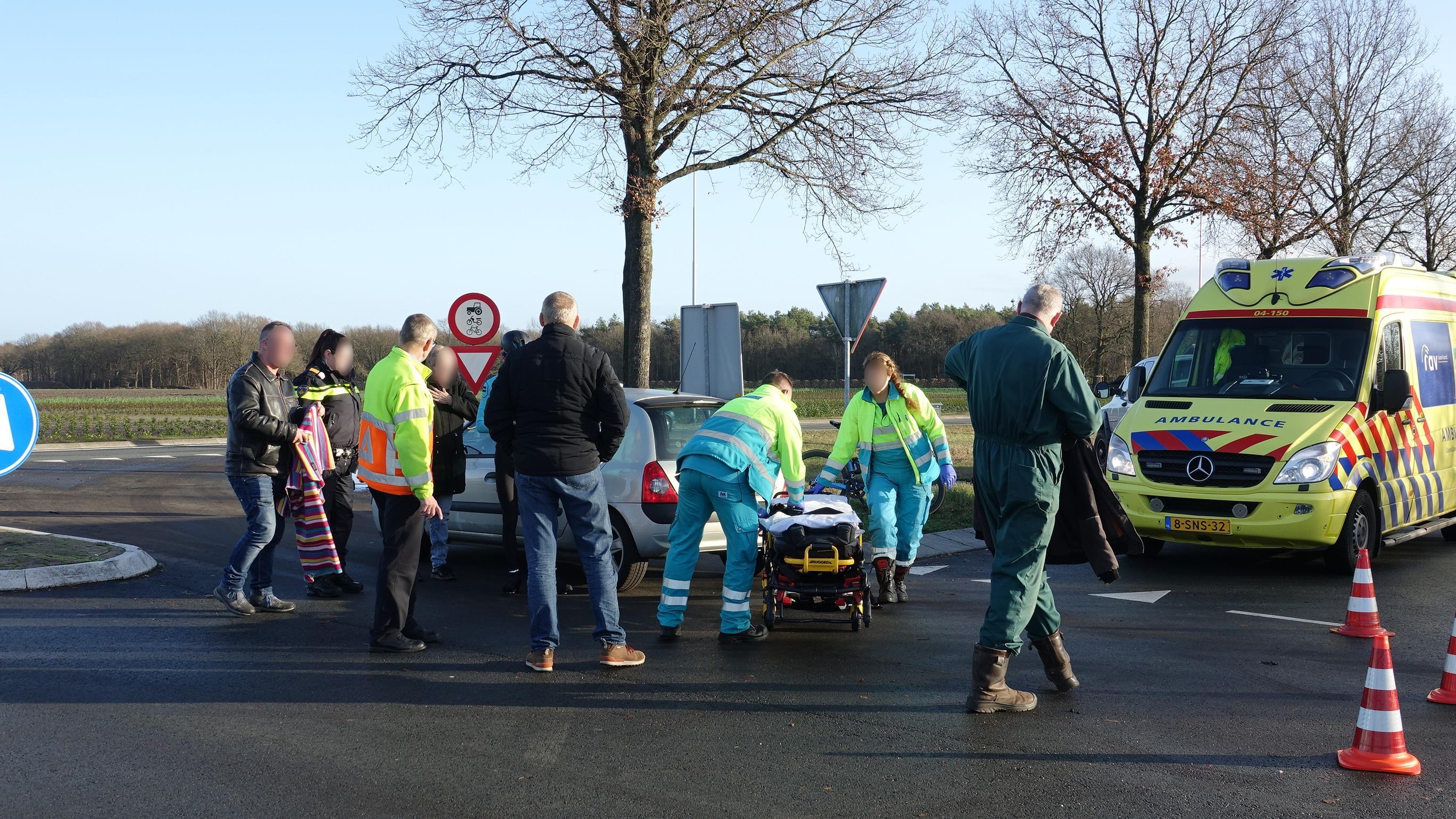 Wielrenner naar ziekenhuis na aanrijding in Heemserveen.