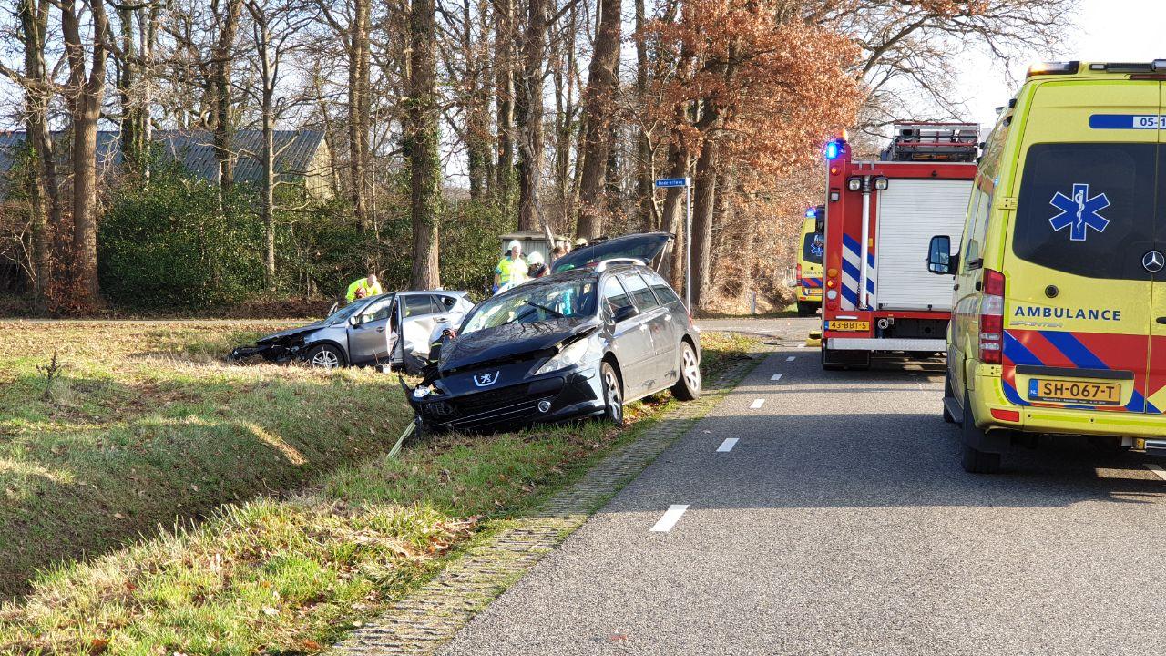 Twee autos belanden naast de weg bij ongeval in Losser.